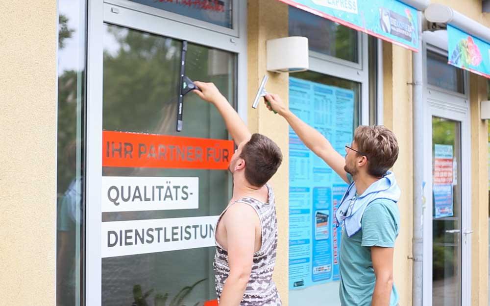 Zwei Mitarbeiter unserer Reinigungsfirma putzen Fenster